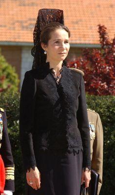 Infanta Elena..........http://www.pinterest.com/malurove/mantillas-y-peinetas-espa%C3%B1olas/