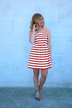 Vestido de rayas marineras en rojo. Tela de piqué, lazo en la espalda. Hecho a mano. Todas las tallas disponibles. www.caprichosdearmario.es