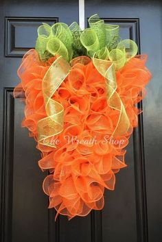 Carrot Wreath Tutorial - How to make a Deco Mesh Carrot Shaped Wreath wreaths Deco Mesh Carrot How To Wreath Crafts, Diy Wreath, Tulle Wreath Tutorial, Wreath Ideas, Easter Wreaths, Holiday Wreaths, Couronne Diy, Diy Ostern, Deco Mesh Wreaths