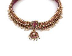 COLLIER INDIEN TOUR DE COU   <br>en suite d'émeraudes, de rubis et de pierres blanches taillées en table dans des sertis rectangulaires et poires, souligné de petites perles baroques.   <br>  <br>Longueur totale : 36,5 cm environ.  <br>  <br>Poids brut : 72,5 g.  <br>  <br>A white stone, emerald, ruby, cultured pearl and 18K gold necklace.
