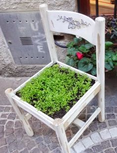 Very cool idea! An old chair through to a . Einen alten Stuhl durch's zu einem kleinen Kräuterb… Very cool idea! An old chair through to a small herb bed convert! Garden Chairs, Garden Planters, Herb Garden, Garden Beds, Garden Art, Home And Garden, Balcony Gardening, Old Chairs, Diy Chair