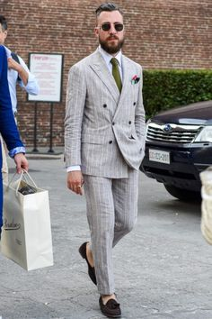 チョークストライプ柄でダブル仕様のグレースーツを軽やかに着こなすなら…? Pinstripe Suit, Tuxedo Suit, Crazy Suits, Mens Suits Online, Stylish Suit, Slim Fit Suits, Formal Suits, Summer Suits, Grown Man