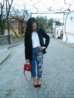 @cris_casual Embroidered jeans, flowers, red bag, Velvet blazer, White shirt, look, Fashion, blogger, girl, inspiration, outfit, look , look of the day, streetstyle