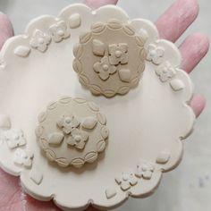 小花ヘアゴムブローチ  前から作りたく想像していた小花ヘアゴムとブローチ 縁の色は何色にしようかな  小皿はシンプルなのを 動物さんなしで  #陶小物#陶#nonojiko#磁器 #ヘアゴム#ブローチ#器#うつわ #皿#小皿#小花柄#小花模様#小花シリーズ