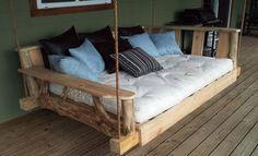 Sloophout en planken van pallets zijn gebruikt voor dit zelfgemaakte schommelbed aan touwen.