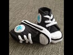 DIY Motive Ideas for Crochet Baby Shoes: Crochet shoes and booties are best for baby's delicate skin and protects a baby from external threats. A baby can Crochet Bebe, Love Crochet, Crochet For Kids, Knit Crochet, Crochet Baby Shoes, Crochet Baby Booties, Crochet Slippers, Crochet Converse, Baby Converse
