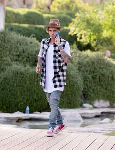 Justin Bieber wearing a Nick Fouquet hat attends the Views from The One party at The dFm House during the 2015 Coachella Valley Music And Arts. Justin Bieber 2015, Justin Bieber Outfits, Justin Bieber Style, Ariana Grande Fotos, Mens Fashion, Fashion Outfits, Fashion Trends, Look Cool, Swagg