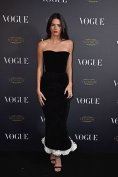 Kendall Jenner con vestido negro de terciopelo de Ulyana Sergeenko.