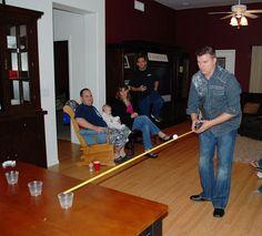 Du brauchst ein Maßband, einen Ping-Pong-Ball und ein Glas. Man muss es schaffen, die Ping-Pong-Kugel so auf dem Maßband zu balancieren, dass sie in die Tasse gleitet. Sehr trickreich!!! : D