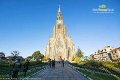 A bela Igreja Matriz Nossa Senhora Lourdes, chamada de Catedral de Pedra, em Canela. Saiba mais >>> http://www.guiaviagensbrasil.com/rs/o-que-fazer-em-canela/