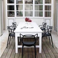 So wundervoll können Umarmungen sein, wenn sie von Herzen kommen. Philippe Starck, einer der bedeutendsten Designer unserer Zeit, hätte vermutlich gern die Meister, die vor ihm den Stil und die Moderne bestimmt haben, in den Arm genommen, aber das war ihm nicht vergönnt. So führt Starck die Werke seiner Vorbilder im Masters-Stuhl zusammen .