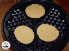 Isteni sajtos tallérok gofrisütőben sütve Small Cake, Waffle Iron, Chocolate Cheesecake, Quick Meals, Finger Foods, Bakery, Dessert Recipes, Food And Drink, Cooking Recipes