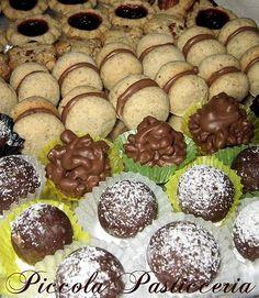 Un goloso vassoio di piccola pasticceria, per accontentare ogni palato! I classici baci di dama, le americane rum balls e i ciocco-riso.