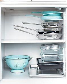 Au lieu d'empiler vos casseroles les unes sur les autres (vous devez toutes les retirer si vous souhaitez prendre la dernière), utiliser ce type de range-poêles et fixez-le sur le côté du placard avec des clips. C'est comme si vous aviez une mini étagère.