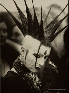 Liberty spikes- goth I remember thinking these looked so awesome when I… Vintage Goth, Victorian Goth, 80s Goth, Punk Goth, Deathrock Fashion, Punk Fashion, Manado, Liberty Spikes, Punk Mohawk