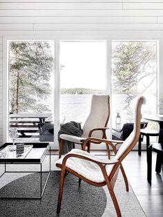 Kesäklassikko – Mökki Högsåran saarella | Design Stories Outdoor Chairs, Outdoor Furniture, Outdoor Decor, Cottage Interiors, Wishbone Chair, Living Spaces, Accent Chairs, Interior Decorating, Mid Century
