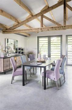 Dans cette salle à manger, le bois noble des meubles Eivissa (H&H) est rehaussé par le béton ciré. Les teintes pastel s'agrémentent d'accents noirs pour un mélange doux et subtil tout en contraste.