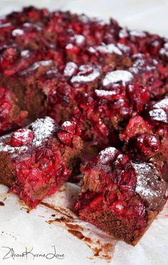 Zdrove KarmeLove: Ekspresowe, bardzo proste gryczane ciasto czekoladowe z wiśniami, bezglutenowe, wegańskie.