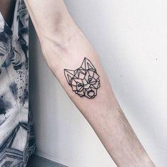 petit tatouage avec tête de loup