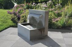 METTEN Brunnen, Wasserspiele: Wasserfall-Brunnen Sichtbeton grau, glatt.