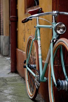 Note, its NOT a fixie. Bici Retro, Velo Retro, Velo Vintage, Vintage Bicycles, Vintage Bicycle Art, Vintage Style, Retro Bikes, Retro Bicycle, Vintage Colors
