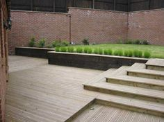 Terrasse med flere nivåer, trapper og oppbygde blomsterbed
