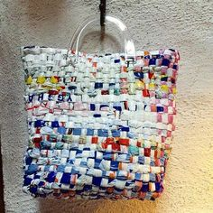 Weaving with strips of plastic bags. Recycled Bottle Crafts, Plastic Bag Crafts, Plastic Bag Crochet, Recycled Crafts Kids, Recycled Plastic Bags, Plastic Grocery Bags, Handmade Crafts, Plastic Recycling, Save On Crafts