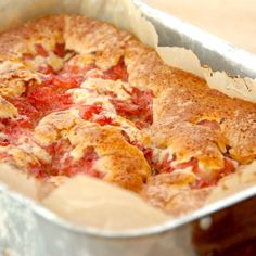 En virkelig læker kage med rabarber, der røres af en luftig dej. Rabarberstykkerne svitses på en pande med lidt sukker og kanel, og derefter bages kagen en time i ovnen. Foto: Guffeliguf.dk.