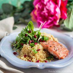 Stekt lax med granatäppelsallad och rostad blomkålshummus - Recept - Tasteline.com