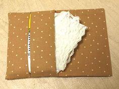 ポケットティッシュのケースの作り方です。 この形は、蓋もついていて、ポケットにハンカチやバンドエイドなど 入れる事が出来ます。 使用生地が少し長めで...