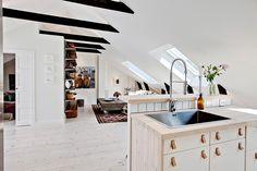 Golvet är ett lutat och hårdvaxat furugolv som lagts genomgående i hela bostaden Scandinavian, Kitchen, Home Decor, Cooking, Decoration Home, Room Decor, Interior Design, Kitchens, Home Interiors