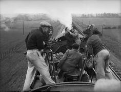 """Cinema e Treni - I cameramen mentre girano una scena di lotta su un treno per il film """"Night Mail"""" (8 maggio 1934)"""