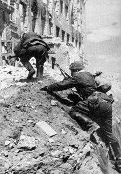 Red Army soldiers fighting amids the ruins of Stalingrad - late 1942