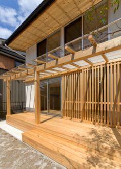 ガラス屋根のウッドデッキ(『天白の家 XI』のびのび暮らす住まい)- アウトドア事例 Shade Structure, Covered Decks, Japanese Interior, Balcony, Building A House, Diy And Crafts, Wood, Outdoor Decor, Furniture