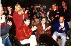 Ayrton Senna: Banco de Fotos Ayrton Senna, Adriane Galisteu e Betise Assumpção (assessora de Ayrton) assistem um vídeo de Senna... Adelaide 1993... Bonitos momentos  Foi uma homenagem. Despedida da Mclaren. O último dia dele na equipe, antes de ir para Williams (onde perdeu a vida)/