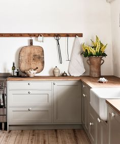 Nordiska Kök Farmhouse kitchen for Ellen Dixdotter on Österlen. Heart of the Nordic Kitchen Farmhouse kitchen for Ellen Dixdotter on Österlen. Heart of the Classic Kitchen, Farmhouse Style Kitchen, Modern Farmhouse Kitchens, Farmhouse Sinks, Farmhouse Lighting, Rustic Kitchen, Kitchen Lighting, Nordic Kitchen, Scandinavian Kitchen