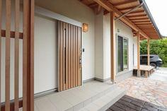 垂木と野地板が美しい深い軒がかかった玄関 #玄関 #igstylehouse #アイジースタイルハウス