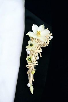 There's no groom without a boutonniere! I've prepared some awesome ideas that every groom will consider original, and I hope that you'll find your unique one. Flower Corsage, Wrist Corsage, Corsage And Boutonniere, Boutonnieres, Prom Flowers, Wedding Flowers, Button Holes Wedding, Lapel Flower, Corsage Wedding