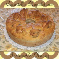 Casatiello Napoletano, nell'impasto vengono aggiunti formaggi, uova a pezzetti e salumi a piacere; poi viene decorato con delle uova disposte sulla superficie