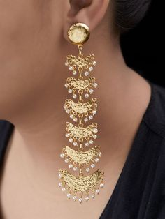 Our roze wijn gold jewellery preoccupation is persistent, and this blush-toned edit is flawless for presenting personal clothes that reasonably boldly colored trace. Gold Jhumka Earrings, Indian Jewelry Earrings, Fancy Jewellery, Jewelry Design Earrings, Gold Earrings Designs, Gold Jewellery Design, Bridal Jewelry, Jewelery, Silver Jewelry