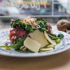 Im Restaurant Alpenkantine bestellt man wie in einer Kantine wonach einem aus der himmlischen Auswahl gerade der Appetit steht. Zum Beispiel leckere Knödel mit Rote Beete