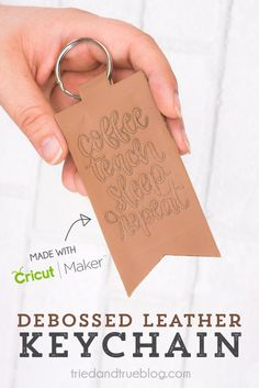 Make this super cute Debossed Leather Keychain with your Cricut Maker. Perfect for a back-to-school teacher gift! Super fun and easy projects to get you started with the new Cricut Maker Tools! How To Emboss Leather, Diy Leather Projects, Leather Diy Crafts, Diy Leather Gifts, Leather Engraving, Cricut Craft Room, Cricut Tutorials, Maker, Cricut Creations
