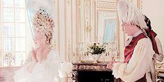 """Na década de 1770 os penteados e perucas tornaram-se notáveis, pois além de elevados, muitas vezes ainda recebiam objetos decorativos simbólicos (como no caso da famosa gravura """"Coiffure à l'Indépendance ou le Triomphe de la liberté"""" que retrata uma senhora usando no cabelo um grande navio com mastros e velas para celebrar a vitória naval na guerra da independência americana)."""