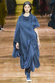 Issey Miyake Fall 2017 Ready-to-Wear Collection Photos - Vogue