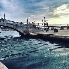 """Le crépuscule - un de mes moments favoris. Il peut être le soir ou au lever du jour. Ma blague depuis 20 ans """" je rentre au crépuscule"""" - soit je m ennuie et je rentre, là bientôt ou ... demain matin ! Bref c était à Venise, en sortant de la #biennale , un homme faisait des bulles de savon et c était magique  Tower Bridge, Photos, Instagram Posts, 20 Years Old, Venice, Magic, Soap, D Day, Cake Smash Pictures"""