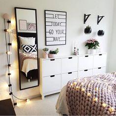 Czarne dodatki w pastelowej aranżacji sypialni - Lovingit.pl