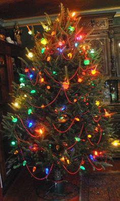 Vintage Christmas Lights, Retro Christmas Tree, Beautiful Christmas Trees, Christmas Scenes, Christmas Mood, Noel Christmas, Christmas Images, Country Christmas, Christmas Tree Decorations