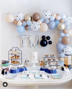 Mar 2020 - Parker's puppy PAWty pictures are here! 🐾 Raise your hand if party details are your FAV! Dog First Birthday, Puppy Birthday Parties, Puppy Party, Birthday Party Themes, Balloon Birthday Parties, Birthday Ideas, Diy Pet, Tiffany Party, Balloon Garland