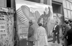 """Spain - 1937. - GC - ZONA REPUBLICANA - Madrid, noviembre de 1937.- Cartel propagandístico del ejército republicano que exhalta la hazaña del marinero Antonio Coll, quien en noviembre de 1936 destruyó dos tanques italianos en el barrio de Usera de Madrid. Según la leyenda, en uno de esos tanques se encontraron los planes de ataque del general Varela. En la imagen, milicianos y viandantes observan el cartel, editado por """"Altavoz del Frente""""."""
