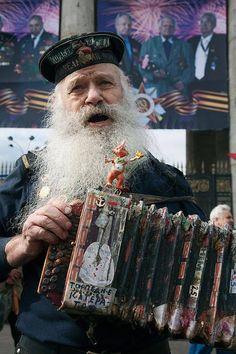 Russische trekharmonica speler